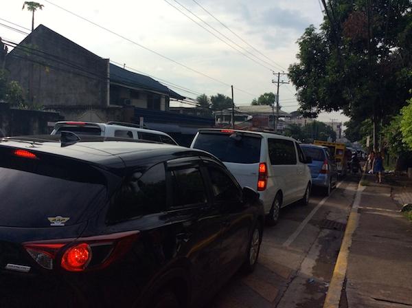 このくらいの渋滞は普通です。また、排気ガスも酷いです。