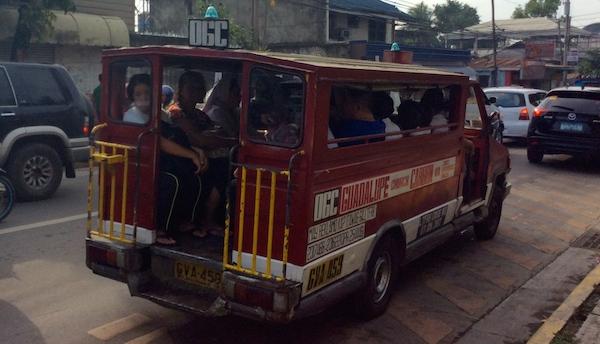 乗り合いバスのジプニー。常夏のフィリピンで10名〜20名以上がぎゅうぎゅう詰めで乗るため車内は非常に窮屈で深いです。エアコンも付いていないので、女性であれば、ばっちりメークをしていても化粧が汗で崩れてしまうほどです。