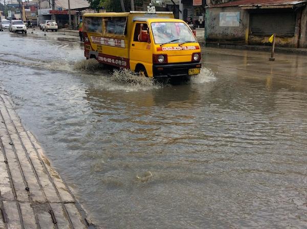 フィリピンではまだ、雨が降るとこのように冠水する場所が多くあります。