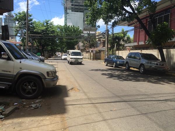 フィリピンは気温が高く日差しも非常に強いです。また、道路には路駐している車も多く、歩くのには適していません。