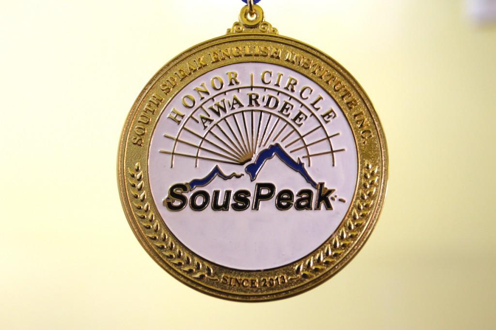 レジェンドにはメダルを授与しています。またネームプレートを学内に展示いたします。