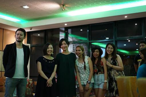 クリスマスパーティの様子。フィリピン人スタッフや講師と一緒に働く職場です。