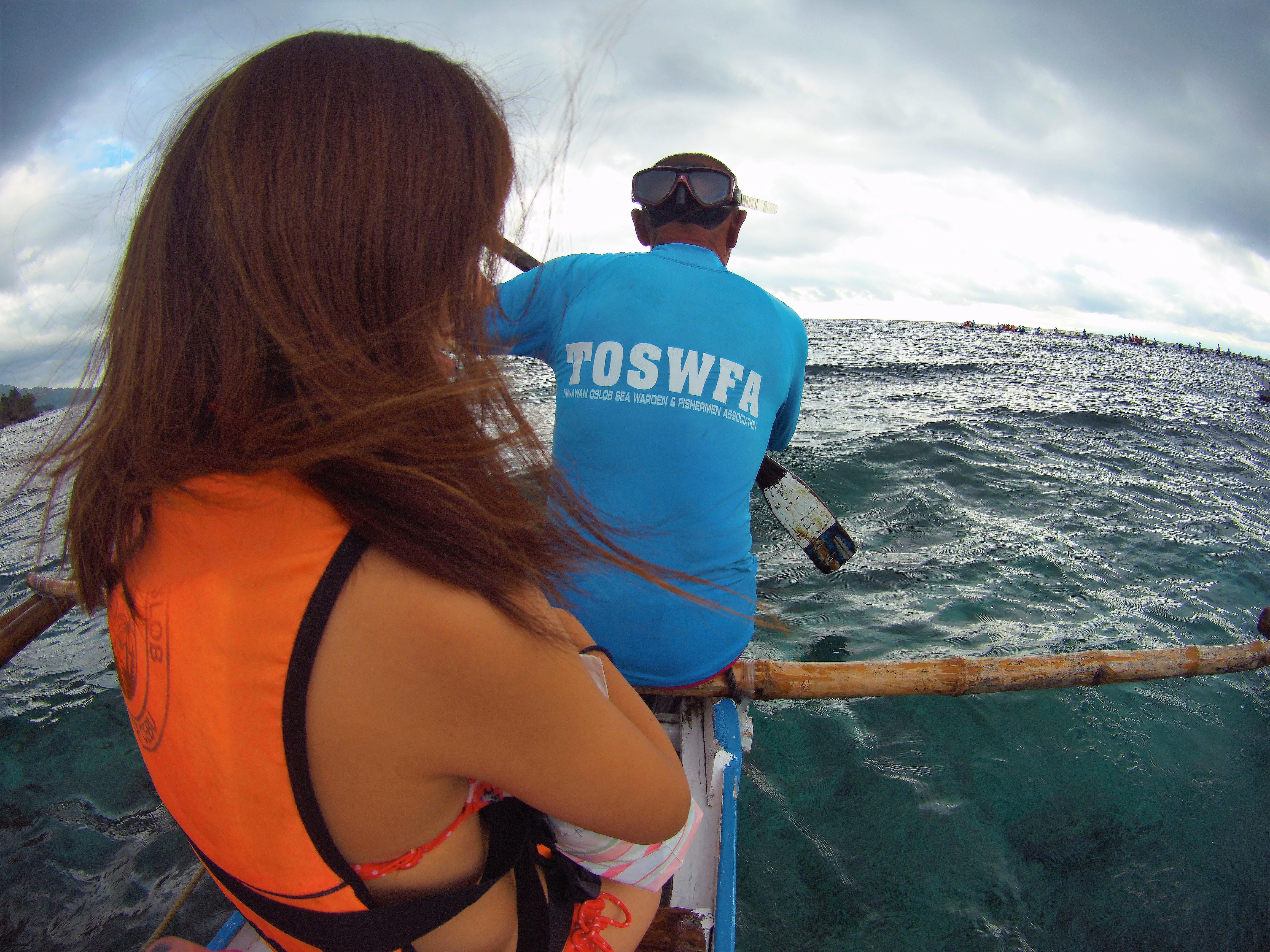 5分程手漕ぎボートで移動するとジンベイザメに会えるスポットに到着します