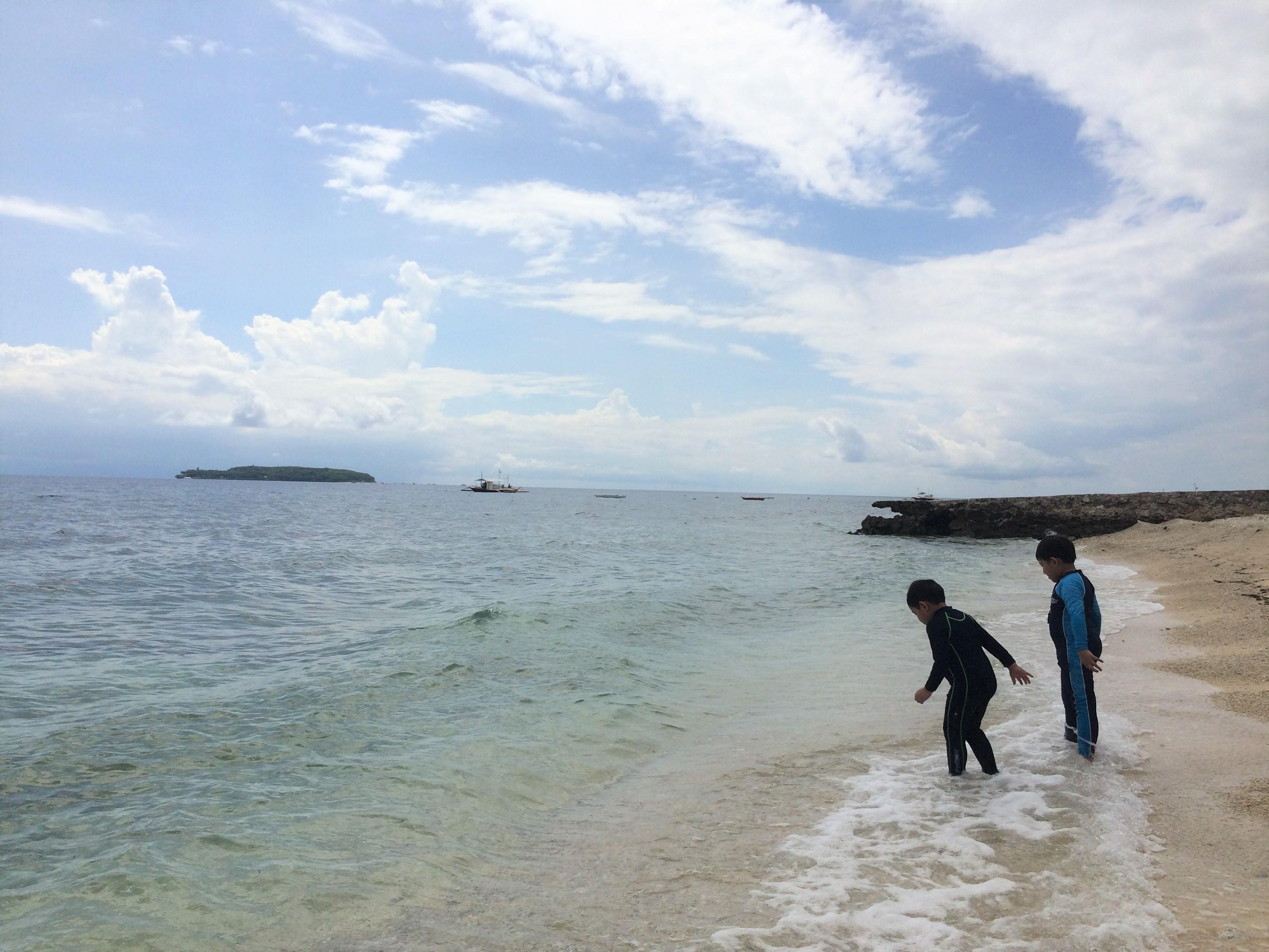 ボートが来るまでの間、ビーチでゆっくり過ごします。左奥の方に見えるのがスミロン島です。