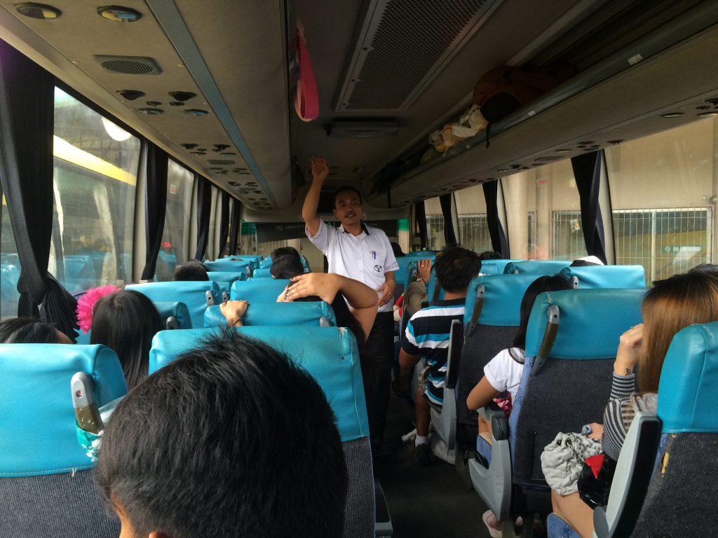 バス車内の様子。
