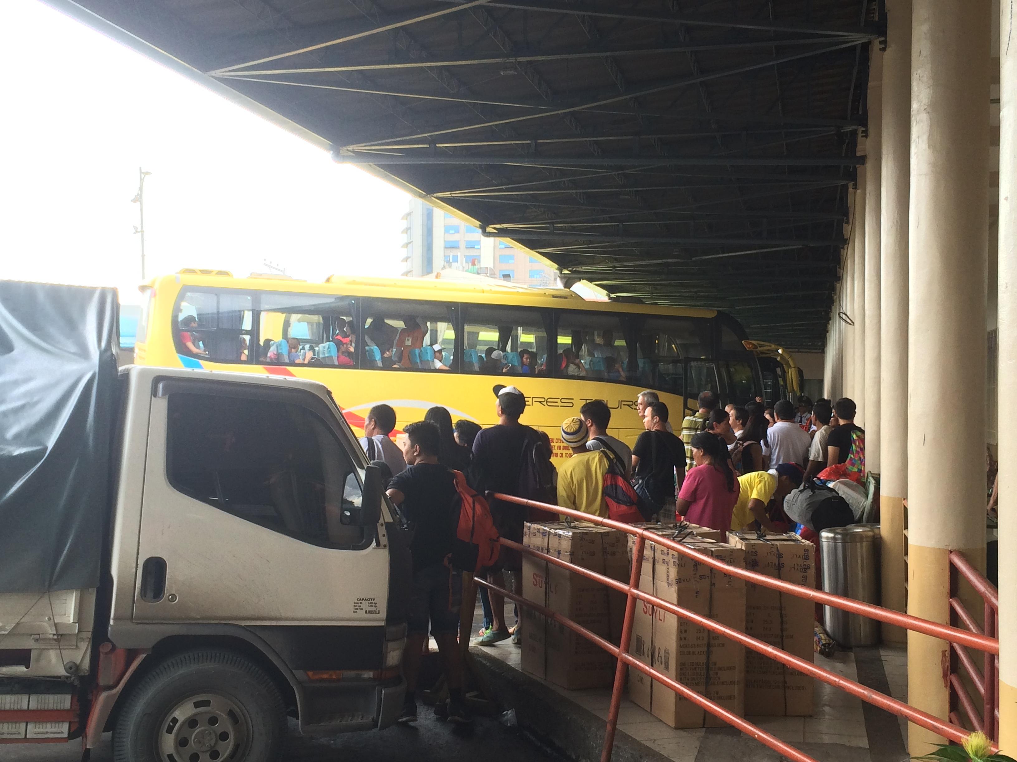 ターミナルにはこのような大型バスが何十台も止まっています。