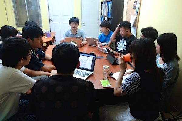 学内OB訪問で社会人にインタビューした内容を生徒同士で情報交換を行ないます