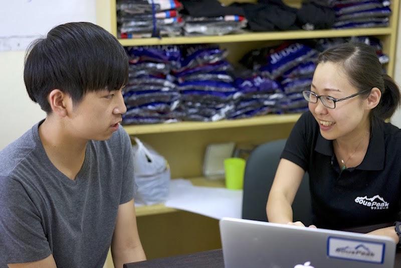 高校生留学プラン担当者の前田(右)が、生活面、学習面をサポートします